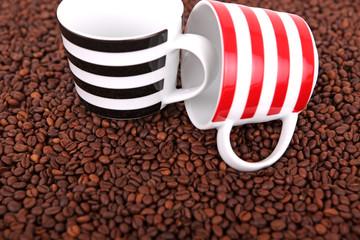 Kaffeebohnen mit Tassen 02