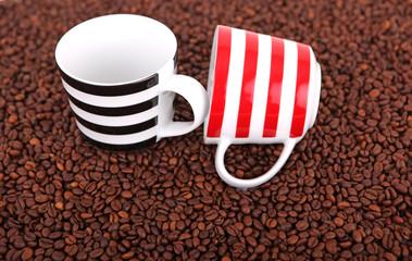 Kaffeebohnen mit Tassen 03