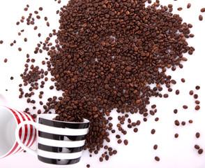 Kaffeebohnen mit Tassen 09