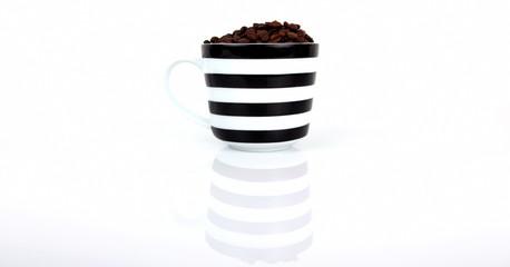 Kaffeebohnen mit Tassen 02a