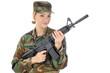 Junge Frau in Armeeuniform hält Gewehr