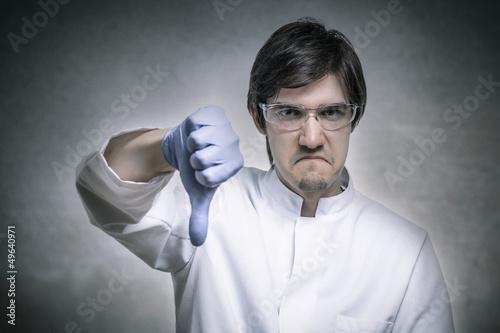 Zorniger Wissenschaftler hält seinen Daumen nach unten