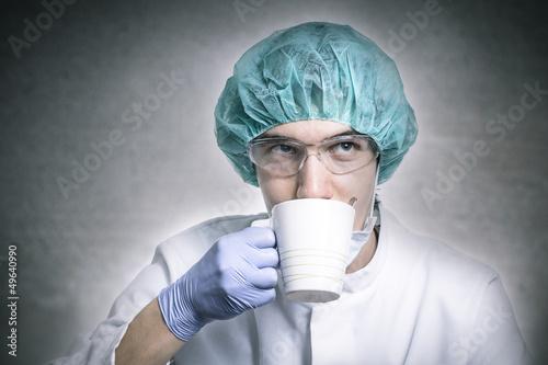 Chirug trinkt aus einer Tasse