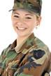 Junge Frau im Armeeuniform lacht