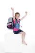 Junges Mädchen mit Schultasche jubelt