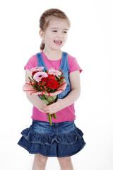 Mädchen mit Blumenstrauß lacht und freut sich