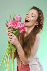 Счастливая девушка с тюльпанами