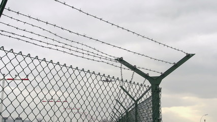 Flugzeug im Landeanflug überfliegt Stachedraht