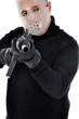Krimineller mit Hockey-Maske zielt mit Gewehr