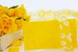 Gelbe Karte vor gelben Rosen