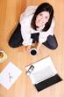Frau mit Kaffee und Laptop
