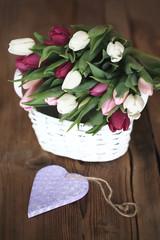 Korb voller Tulpen mit Herz