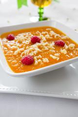 zupa krem marchewkowo-pomarańczowy z malinami