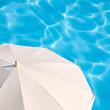 Parasol blanc, fond bleu piscine carré