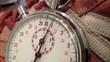Silberne Retro - Stoppuhr beim Zeitmessen