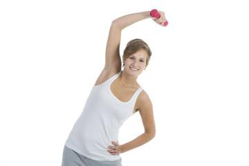 Junge Frau trainiert mit einer Hantel