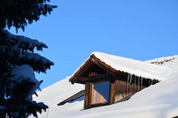 Verschneites Hausdach