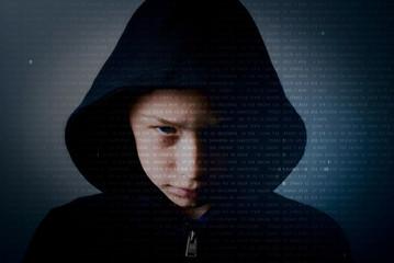 giovane pirata informatico - young hacker