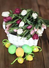 Korb voller Blumen mit Ostereiern