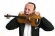 Mann beißt in Geige