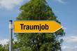 Gelber Pfeil mit Baum TRAUMJOB