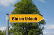 Gelber Pfeil mit Baum BIN IM URLAUB