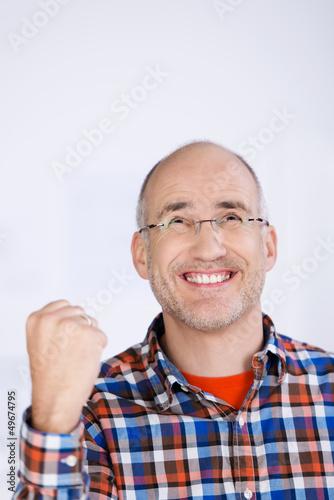 glücklicher mann ballt die faust