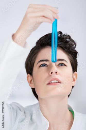 laborantin schaut prüfend auf substanz