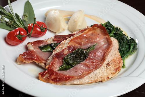 Kalbsschnitzel, Parmaschinken und Salbei