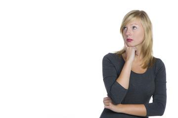 Blonde Frau schaut nachdenklich