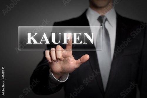 Mann drückt touchscreen button - kaufen