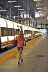 Mujer joven en la estación de tren