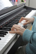 Hände auf Klaviertastatur