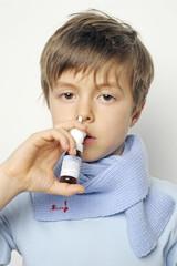krankes Kind mit Nasenspray