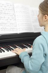 Kind spielt Musikinstrument
