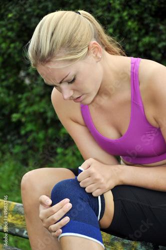 Joggerin mit Kniegelenk-Schmerzen