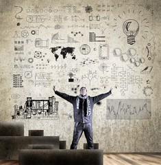 Mann mit Wand voller Skizzen, Lösungen, Ideen
