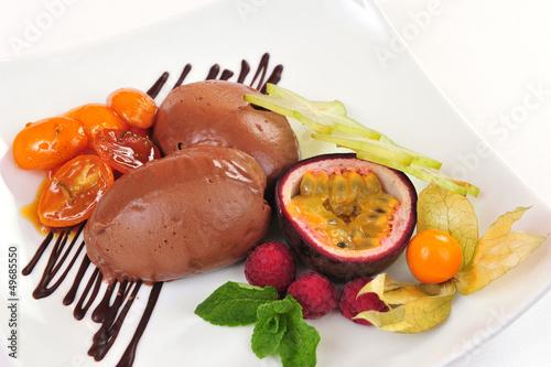 Schoko Eis mit Früchten und karamellisierten Tomaten - Nachtisch