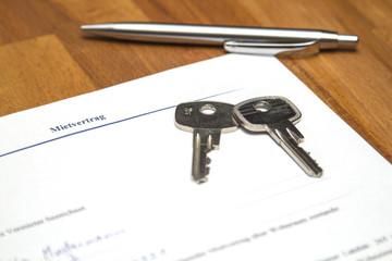Mietvertrag mit Stift und Schlüssel