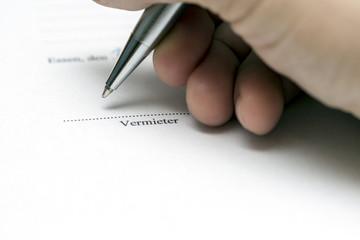 Vermieter unterschreibt