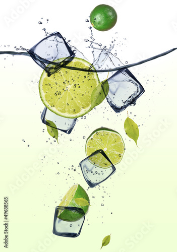 Foto op Canvas In het ijs Limes with ice cubes