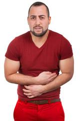 Mann mit starken Schmerzen im Bauch krümmt sich
