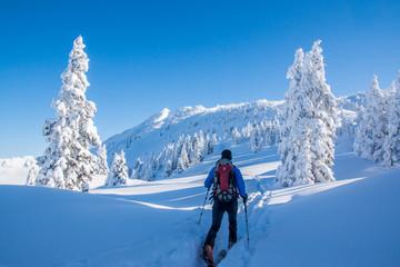Skitour in den verschneiten Bergen