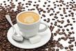 tazzina di caffe' con chicchi tostati