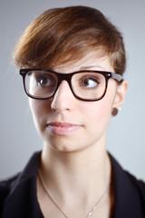 Portrait einer jungen Frau mit grosser Brille