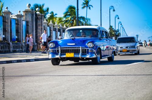 Fotobehang Oude auto s Fahrender Oldtimer auf der Promenade in Kavanna Kuba