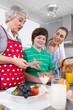 Familie - Enkel mit Großmutter in der Küche - gesunde Ernährung