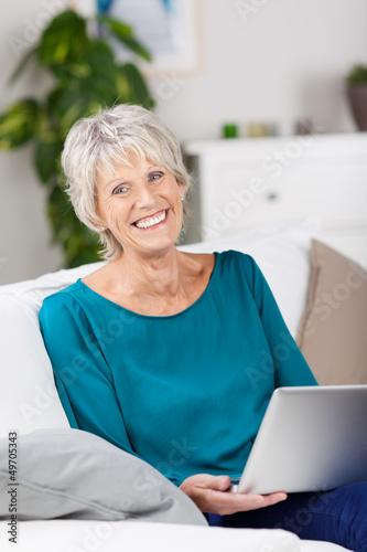 moderne seniorin mit laptop