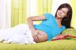 Hübsche schwangere Frau muß sich schonen