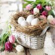 Osterkörchen mit weißen Eiern